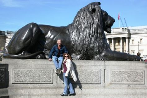 Tom & wendy @ Trafalgar Square Lion 032209 LR