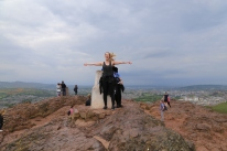 """""""She's QUEEN OF THE WORLD!"""" Taylor having a """"Titanic"""" moment atop Arthur's Seat."""
